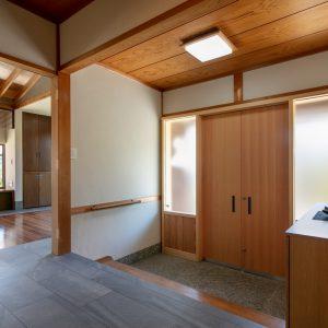 天井裏の明るさ/homeSK 改修後の玄関/新設の玄関扉は木製建具引き分け扉