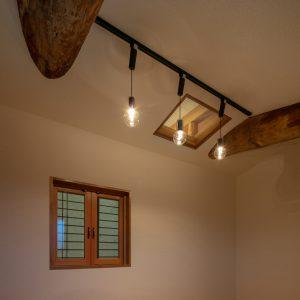 天井裏の明るさ/homeSK 新設の小屋には小さな開口部が設けられ、そこから既存の小屋裏空間を見ることができる