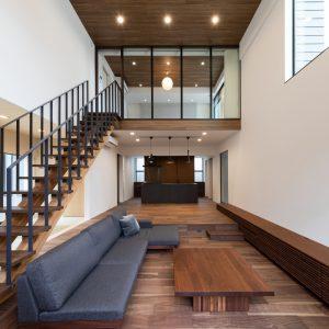 直方体と門型の庇 リビング西側からダイニングキッチン、2階に主寝室を見通す