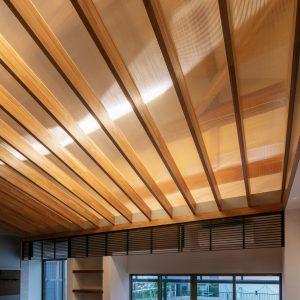 天井裏の明るさ/homeSK ツインカーボの淡い透明の向こうによくよく目を凝らすと存在感のある丸太の梁が見えてくる