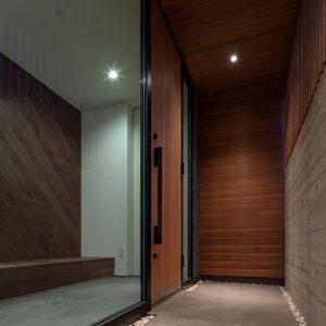 直方体と門型の庇 玄関アプローチ夕景